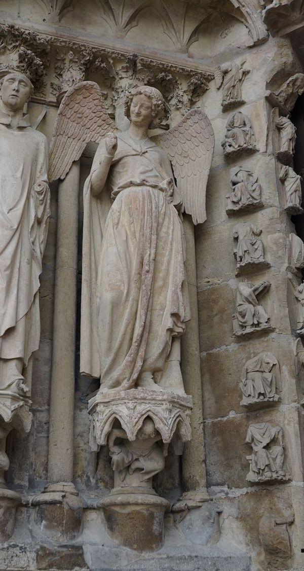 L'ange au sourire, symbole du martyre de la cathédrale de Reims, a retrouvé son visage après la reconstruction, mais pas sa main