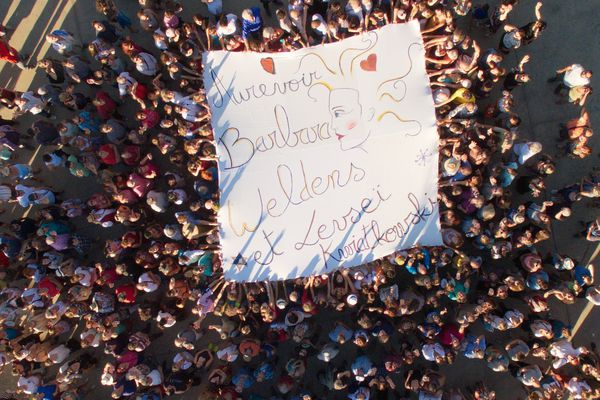 La nuit d'hommage à Barbara Weldens a débuté par le déploiement d'une banderole (ici vue de drone) au nom de la chanteuse et du fils qu'elle attendait