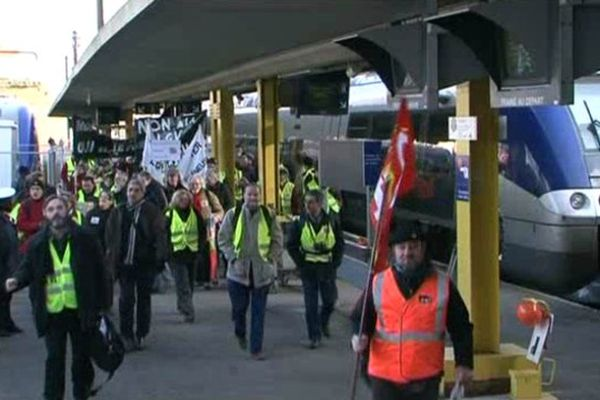 """22/01/2011: manifestants sur le quai et dans le hall de la gare de Poitiers du collectif """"Non à la LGV Limoges Poitiers"""""""