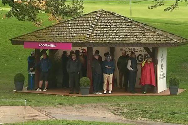Les spectateurs contraints de s'abriter ce jeudi matin à cause des averses.