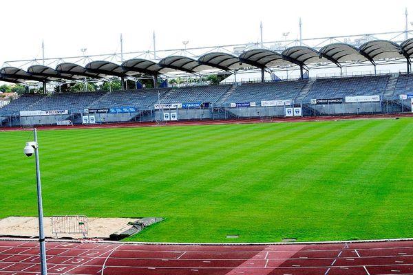 l'actuel stade de Niort qui date des années 70 est de plus en plus obsolète.