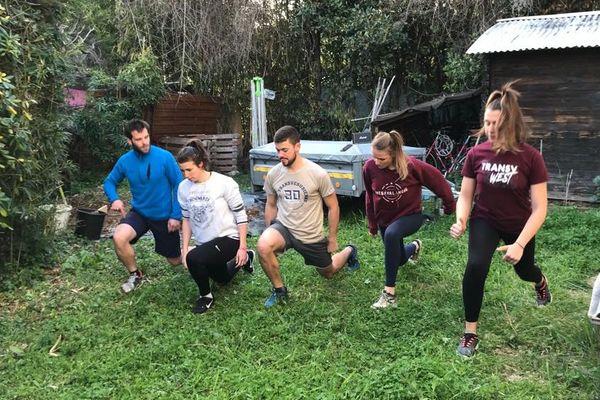 Faire du sport en groupe, comme dans cette coloc, ou seul, est bon pour le corps et le moral durant le confinement