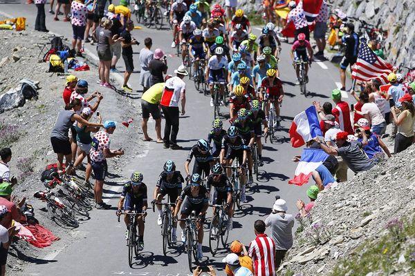 En 2016, la team Sky mène le peloton dans le col du Tourmalet lors de l'étape Pau-Bagnères-de-Luchon.