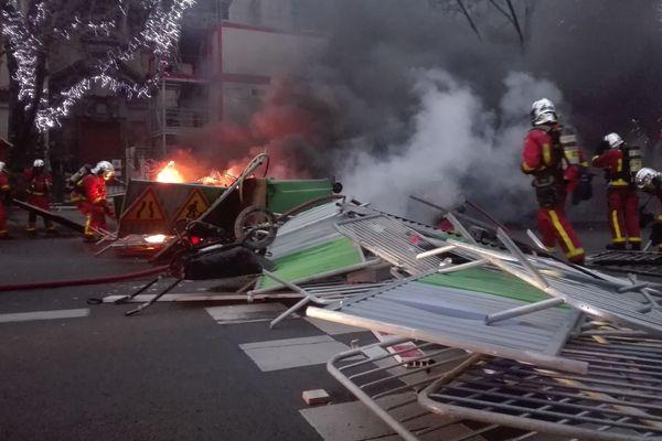 Une barricade installée par des gilets jaunes boulevard Saint-Germain.