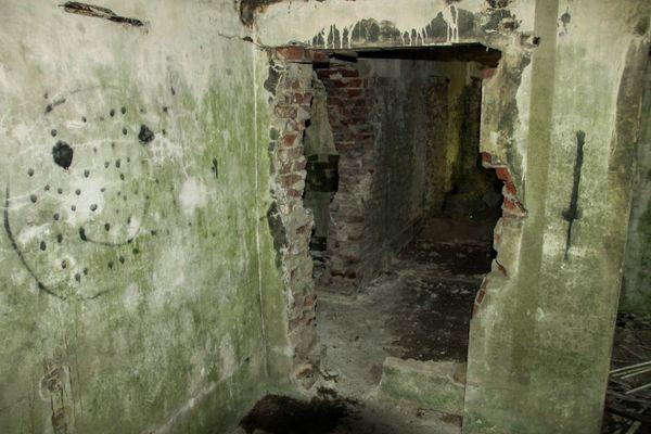 L'intérieur de l'ancien bunker allemand de l'aérodrome de Caffiers.