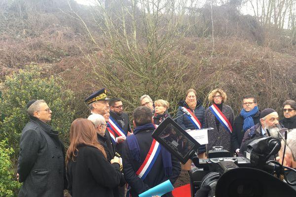 Comme tous les ans le 13 février, un hommage est rendu à Ilan Halimi à Sainte-Geneviève-des-Bois. Cette année deux arbres ont été replantés devant près de 300 personnes après la profanation de la stèle.
