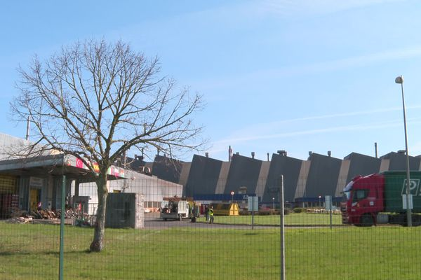 L'entrepôt de chargement (à gauche sur la photo) est bloqué jusqu'à nouvel ordre à la Fonderie Fonte d'Ingrandes-sur-Vienne.