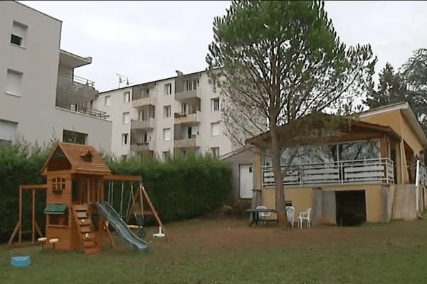 """La résidence Les Platanes à St-Germain-au-Mont d'Or ... La petite maison attenante à la résidence HLM sert de QG à l'association """"Chers Voisins"""" - 1/9/15"""