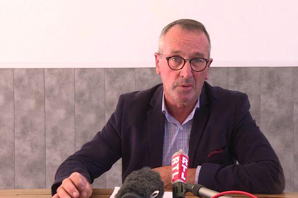 Le maire de Saint-Philippe d'Aiguille Philippe Bécheau ému lors d'une conférence de presse sur son agression le 5 août.