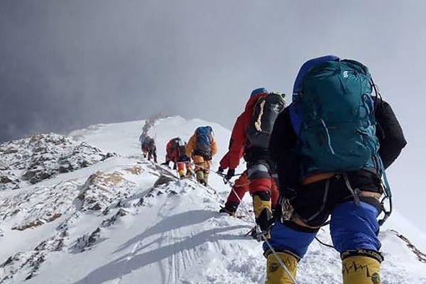 D'impressionnants embouteillages se sont formés sur les pentes de l'Everest.