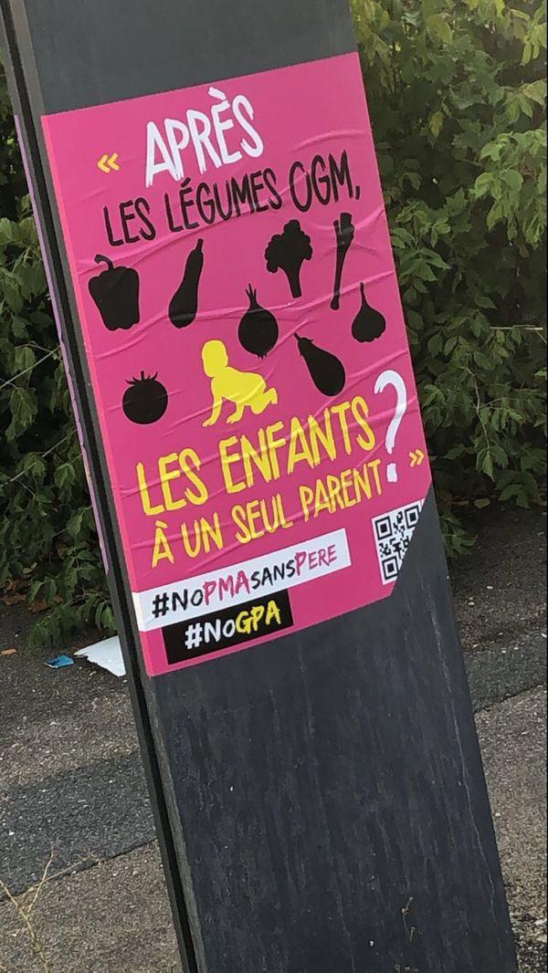 Affiche anti-PMA et anti-GPA que Prescilla reçoit dans sa boite aux lettres.