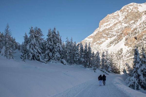 Illustration - Des migrants marchent dans la neige au col de l'Echelle, dans les Hautes-Alpes, près de la frontière entre l'Italie et la France.
