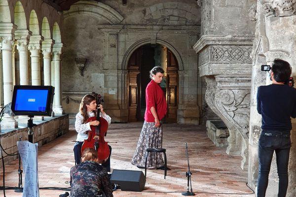 Rosemary Standley et Dom La Nena dans le cloître du Musée Jean Lurçat