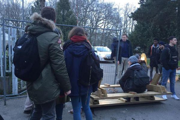 Quelques palettes et des grillages bloquent l'accès au lycée de Bréquigny, ce mardi matin, à Rennes.