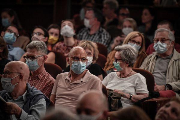 Des règles sanitaires strictes pour permettre la réouverture de certaines salles de spectacle.