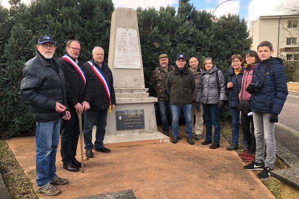 Les maires et des habitants des communes Mosellane de Novéant-sur-Moselle et du village Meurthe-et-Mosellan d'Arnaville devant la stèle des convois de la souffrance.