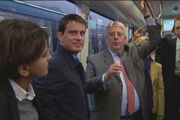 Manuel Valls dans le tramway de Besançon