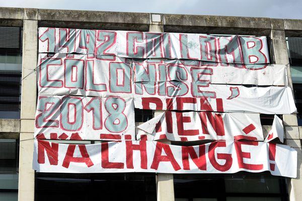 Une banderole sur la façade d'un bâtiment de l'université Toulouse Jean Jaurès