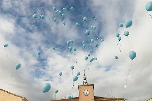Un lancé de ballons bleus en soutien à Marine et son enfant, bientôt séparés