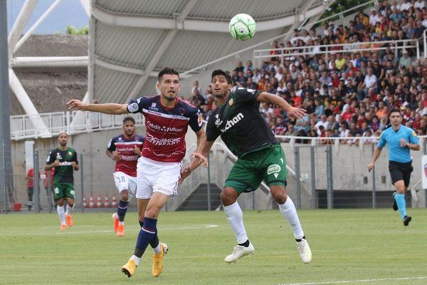 Les Lensois ont arraché la nul en toute fin de match grâce à un penalty transformé par Mauricio. Malgré tout, le Clermont-Foot 63 conserve la tête du championnat ex-aequo avec Lorient. Prochain adversaire des Auvergnats, Orléans, le 16 août à 20h.