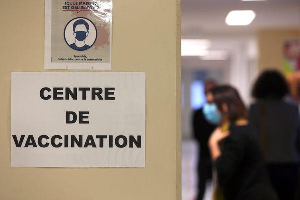 Les centres de vaccination se déploient. La Bretagne pourra compter sur 48 structures pouvant recevoir les professionnels de santé et maintenant les personnes âgées de plus de 75 ans ainsi que celles présentant des pathologies graves