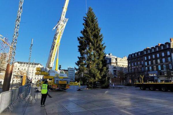 Le sapin a été replacé à la verticale dans la matinée du samedi 14 novembre.