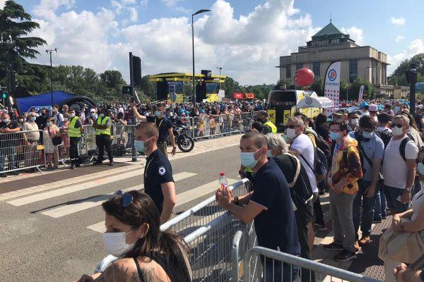 Les Tourangeaux étaient nombreux à attendre le passage de la caravane du Tour de France à Tours.
