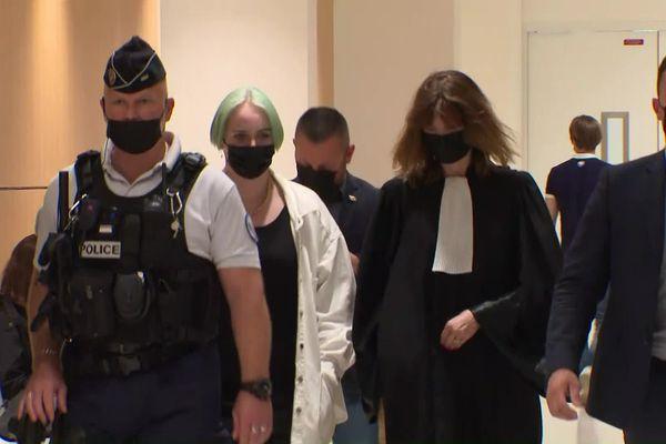 Mila à son arrivée au tribunal correctionnel de Paris le 22 juin 2021 pour le procès de 16 personnes qui comparaissent pour l'avoir harcelée sur les réseaux sociaux.