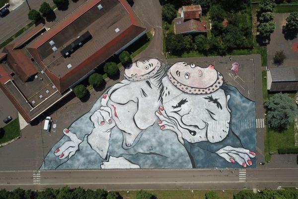 La fresque géante, vue du ciel, réalisée par Ella & Pitr à Semur-en-Auxois (Côte-d'Or) en juillet 2021