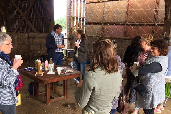 Parmi les temps forts de cette quinzaine, partager autour d'un café son expérience de l'agriculture biologique avec d'autres agriculteurs, comme ici à Baillou dans le Loir-et-Cher