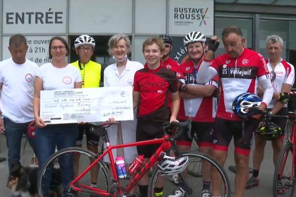 A Villejuif, Thomas et sa famille ont remis un chèque de 9500 euros à l'Institut Gustave Roussy.