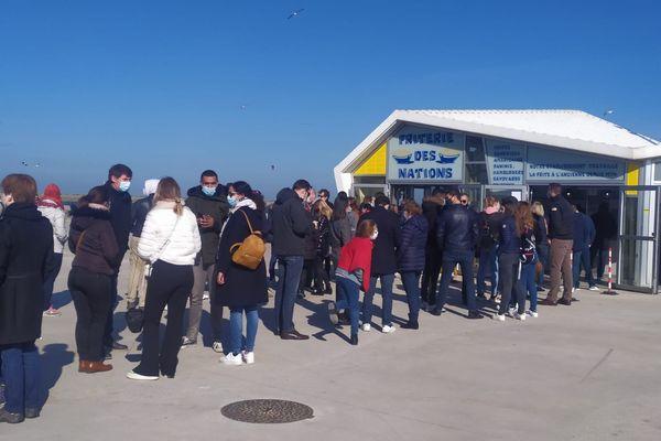 Une file d'attente devant une friterie de Calais, samedi 27 février 2021.