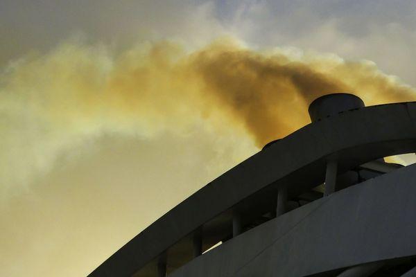 La pollution des navires asphyxient les Quartiers Nord de Marseille (Bouches-du-Rhône).