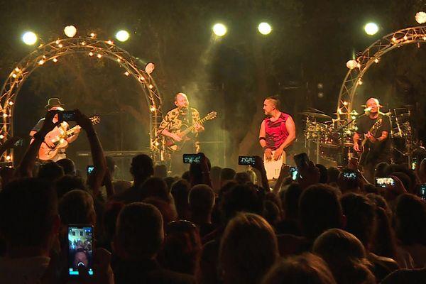 Le groupe Tryo sur scène au festival du Mas des Escaravatiers en août 2020.