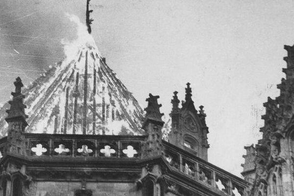 En janvier 1972 la toiture de la cathédrale de Nantes s'embrasait dans des conditions accidentelles, le 15 juin 2015, celle de la basilique Saint-Donatien s'embrase dans des conditions similaires, des travaux de réfection de toiture