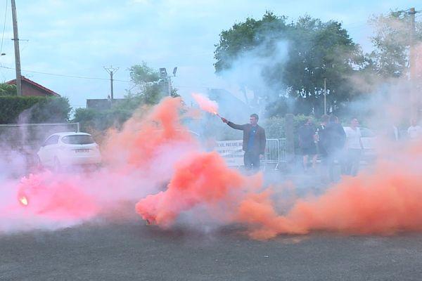 A Réville, des pêcheurs ont craqué quelques fumigènes devant la salle des fêtes où s'est tenue une réunion de concertation le 15 juillet.