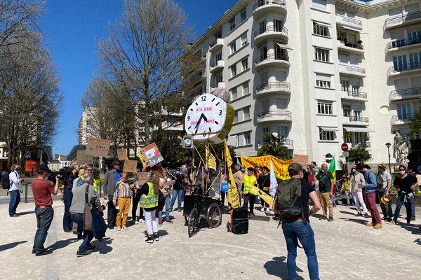 """L'association Pau vélo dans le cortège de """"la marche pour une vraie loi climat"""", dimanche 28 mars."""
