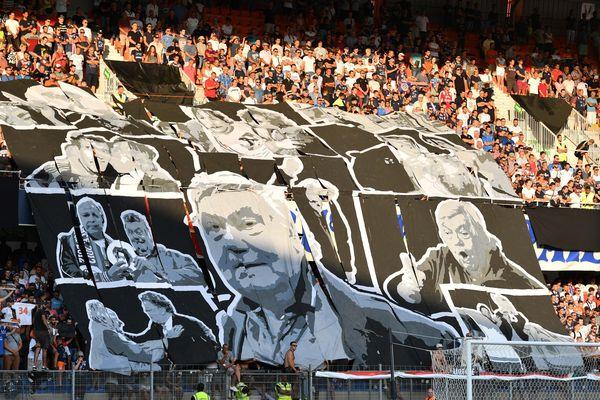 Les supporters qui rendent hommage a Louis Nicollin lors du match de ligue 1 face a Caen, le 5 aout 2017. Un tifo qui reflète bien l'image laissée par le personnage, a la fois imposant, impulsif et profondément attache au rapport humain.