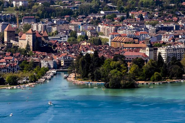 Le lac d'Annecy va servir à économiser 1,5 millions de kg de CO2 par an selon la municipalité.