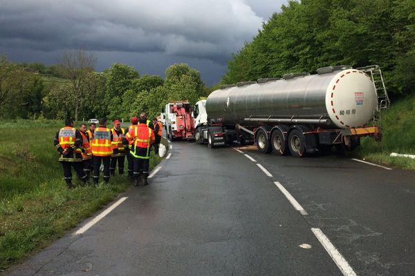 L'accident a engagé un camion citerne vers 13 h. Les  pompiers sont encore sur place à 17 h.