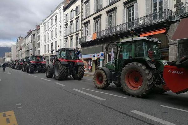 Une file de tracteurs s'est formée rue Blatin à Clermont-Ferrand