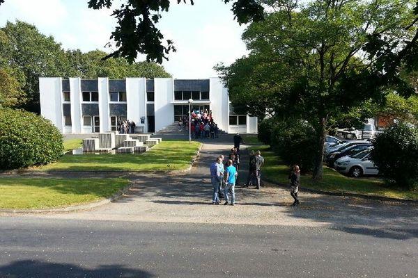 Les salariés de Tilly-Sabco entrent au comité d'entreprise exceptionnel du volailler breton à Guerlesquin (29) ce lundi 22 septembre