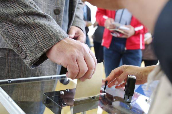 Un homme glissant son bulletin dans une urne lors du 1er tour de l'Election Présidentielle, le 23 avril 23017.