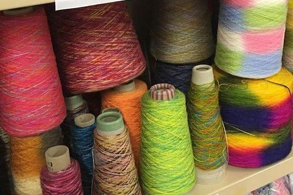 Depuis 1948, la filature Albouy située à Castres dans le Tarnest la dernière en France à fabriquer du fil fantaisie. Ce fil, utilisé par la haute-couture est produit de manière traditionnelle sur des machines des années 50.