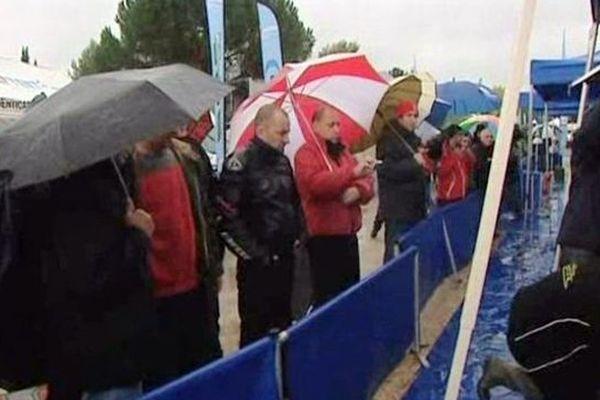 Le Vigan (Hérault) - les spectateurs près des stands sous la pluie - 26 octobre 2012.