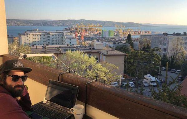 Vincent Polewczyk sur son balcon à Trieste.