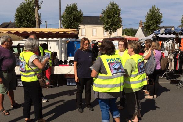 Sur le marché, des salariés de Philips récoltent des signatures contre la fermeture du site de Lamotte-Beuvron (Loir-et-Cher) - 2 septembre 2016