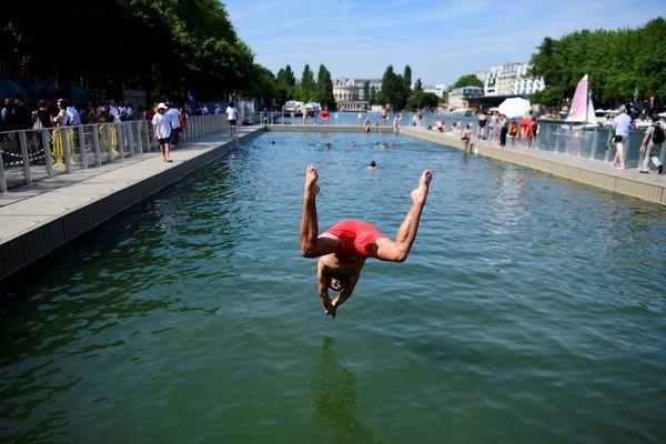 La piscine installée en plein air sur le bassin de la Villette fera son retour cet été, avec trois autres spots de baignade dans la capitale (illustration).