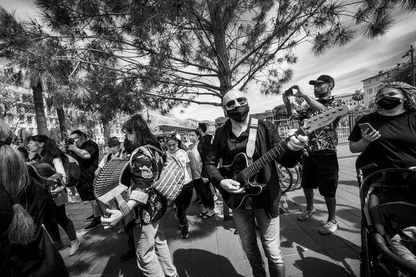 300 personnes se sont rassemblées à Nice pour danser et dénoncer pacifiquement les mesures sanitaires qui pénalisent le monde la culture depuis un an.