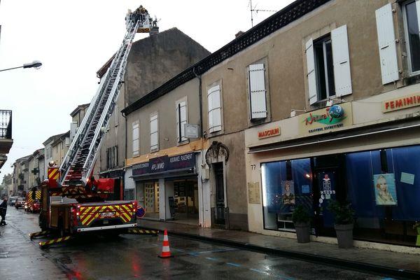 Au Teil, après le tremblement de terre, les opérations de sécurisation des toits de commerces et habitations par les sapeurs-pompiers se poursuivent le 14 novembre 2019